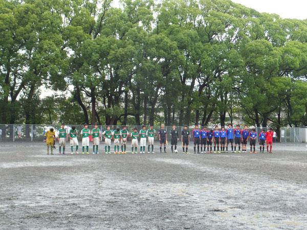 選手入場、雨の中でのゲームになりました。