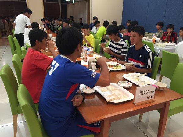 山田コーチの栄養学講座。夜のミーティングで賢伸がちゃんとみんなに説明してくれました!ちゃんと覚えてたね!