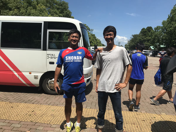 8期生 成田大和  弟 飛々輝の応援に… 身長188cm! でも山田コーチも負けていません!