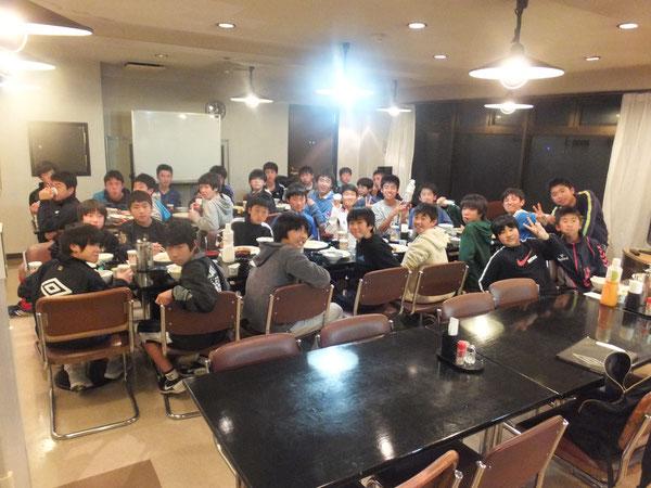 全員で夕食!食事もトレーニングの一環です。食べる量は増えましたか?