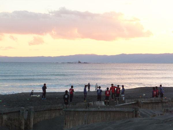 卒団式後、現役生はビーチトレーニング