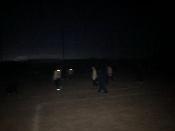 夜明け前にハーフコートゲームを行いました。「コーチ!ボール見えないです!」汗