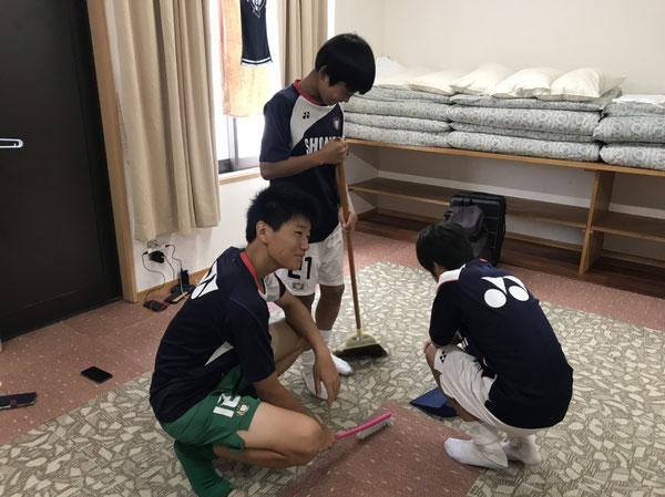朝は宿舎の清掃。そのまま1年生が3日間同じ部屋で生活します。匠弥は写真に写りたいだけですね。右手に謎のブラシ。笑