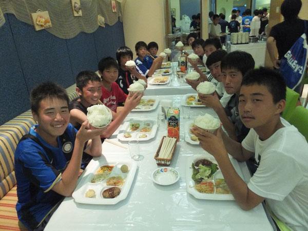 最後の夜ご飯。山盛りのご飯を前に嬉しそうです。