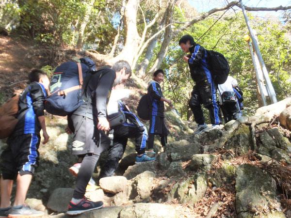 急な坂道を登り...