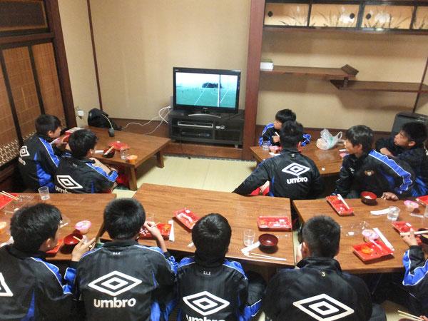 昼食をとりながら前の試合の反省