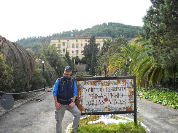 Toni presidiendo la entrada que conduce al Monasterio de Aguas Vivas
