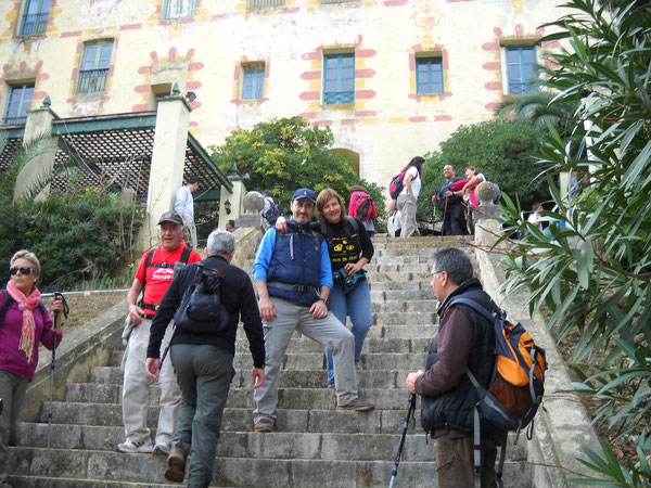 Nuría y Toni en las escaleras que suben al Monasterio de Aguas Vivas