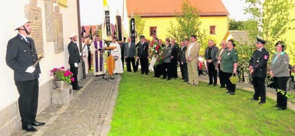 Stadtpfarrer Hans Ring aus Pleystein leitete das Totengedenken am Kriegermahnmal auf der östlichen Seite der Hauberrisserkapelle. Bild: fjo