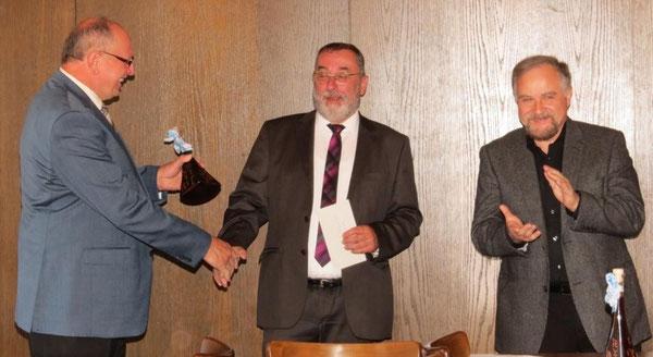 Als Dankeschön überreichte Festleiter Ewald Zetzl (links) einen Pfrentscher Likör mit Ortswappen an Bürgermeister Anton Schwarzmeier, der mit einem Geldpräsent für die Einbindung als Schirmherr dankte. Bild: fjo