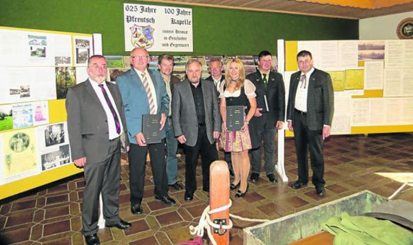 Schirmherr Anton Schwarzmeier und Festleiter Ewald Zetzl (von links) würdigten die Leistungen von Heimatforscher Gerhard Krämer (Vierter von links) bei der feierlichen Eröffnung der Heimatausstellung. Bild: fjo