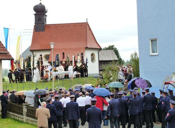 Rings um die Jubiläumskapelle versammelten sich die Gläubigen in großer Zahl zum Festgottesdienst. Bild: fjo