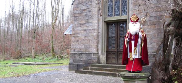 Der Nikolaus vor einer Kirche