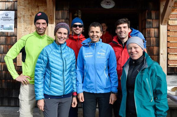 """Orgteam: Zwei der drei Initiatorinnen von """"24 Stunden für Nepal"""", Michaela Dattinger (Bild links) und Elisabeth Kierner (Bild rechts) gemeinsam mit Gerlinde Kaltenbrunner (Mitte ;-)) und Wanderern auf der Dümlerhütte."""