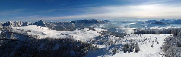 Blick vom Wieslerhorn-Gipfel auf die weitläufige Postalm