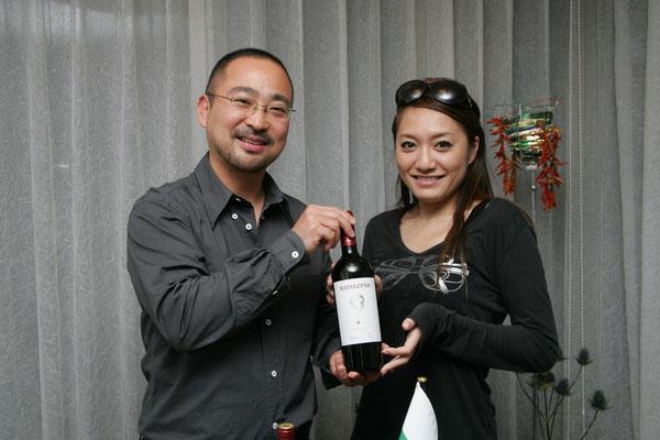 「スーパーバルカン」・カタルジーナを味わう仁科仁美さんと岡崎代表