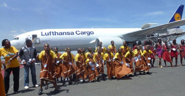 "The children of MMH welcomed LH Cargo's ""Jambo Kenya"" with country-typical songs  /  source: CHC"