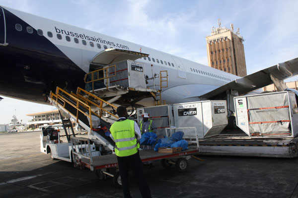 Brussels Airlines Cargo – here unloading goods at Dakar Airport – is one of CHEP's ULD clients  /  source: hs