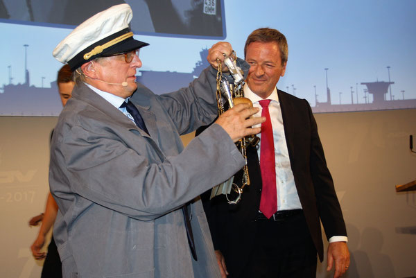 Michael Kerkloh (left) hands over the chain of office to Michael Garvens