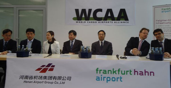 Sealed their cooperation - executives of Zhengzhou Airport and Frankfurt-Hahn