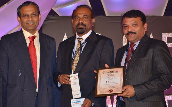 Ryan Viegas (left), VP Supply Chain & Procurement Watson Pharma, presenting the STAT TIMES Award to CSC Group CEO Radharamanan Panicker (center) and CSC Chief Project Officer Venugopal Bangera