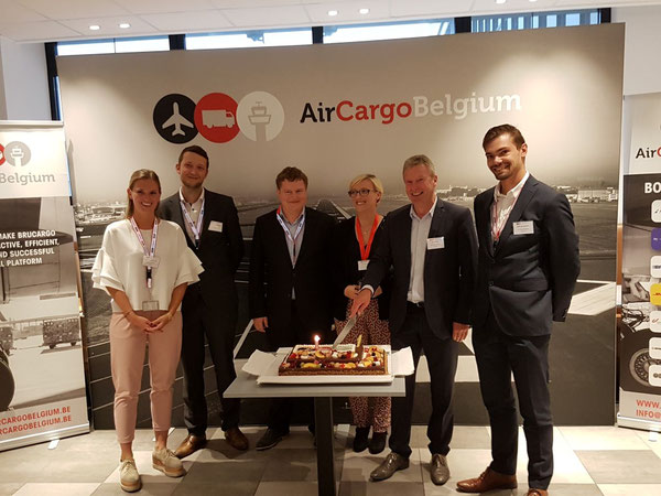 ACB managers (l > r): Maxime Van Puyvelde (Jr. project member), Maarten Van Cauwenberghe(Jr. project member), Jan Deklerck (project member), Angélique Heynen (HR), Geert Keirens (Director), Gilles Van Goethem (Jr. project member)  -  photo: ms