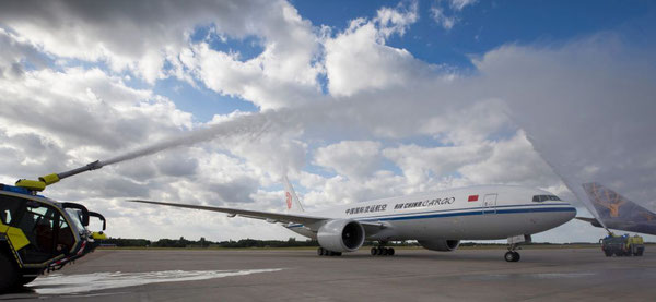 Liege's fire brigade welcomes B777F of Air China Cargo  -  photo: LGG