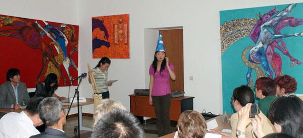 Puje (mit blauen Zauberhut) rezitiert 'Der Zauberlehrling'.