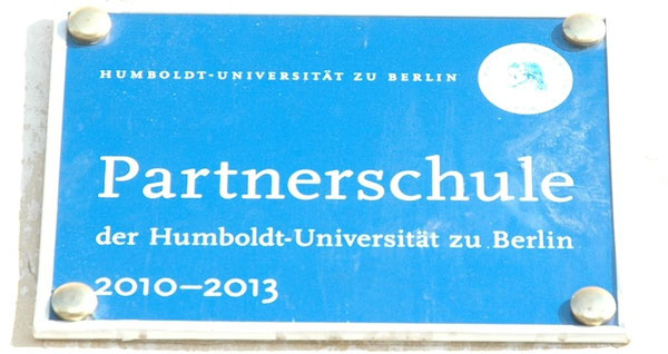 Geschenk der Humboldt-Universität Berlin: Schild im Eingangsbereich der Schule