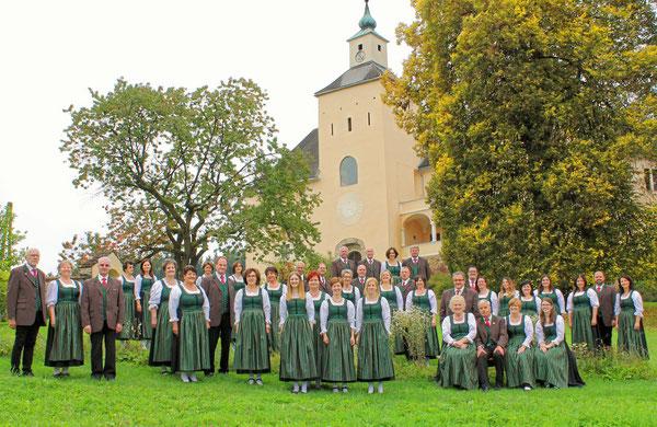 """Singkreis Thürn – Sängerinnen tragen als Chortracht die sogenannte """"Saualmtracht"""" – im Hintergrund Schloss Thürn"""