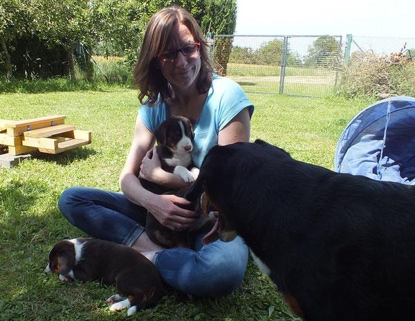 vorne liegend Blia, auf dem Arm Betsy und vorne rechts Aaron
