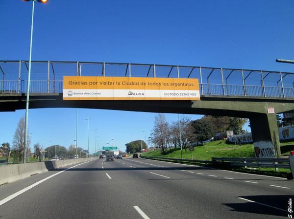 Straßenschild an einer Autobahnbrücke in Buenos Aires