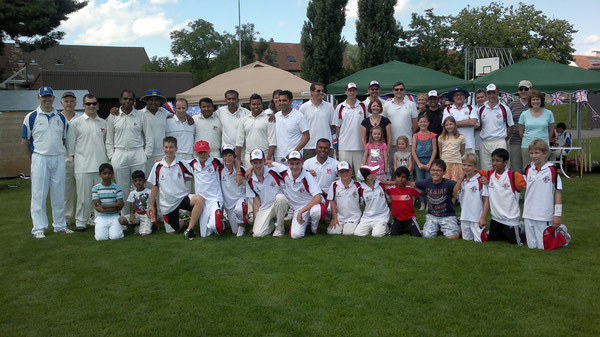 The less photo-shy participants and spectators at the Diamond Jubilee Cricket Day (Winterthur, 7.7.2012)