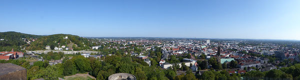 Jahreshauptwanderung 2018 - Blick von der Sparrenburg auf Bielefeld. Zum Vergrößern in s Bild klicken!.