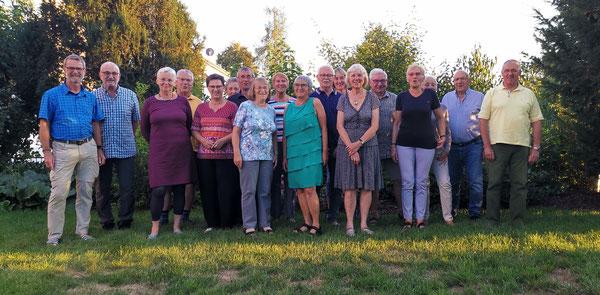 Unsere Wandergruppe im Garten unseres Hotels vorm Abendessen
