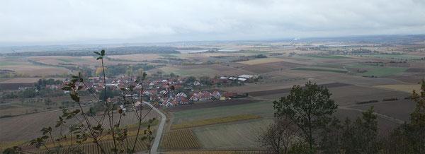 Blick von der Kunigundenkapelle auf den Weinort Bullenheim.