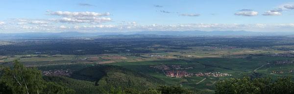 Blick vom Elsass (Königsburg) auf den Schwarzwald. Vergößerung ist mit einem Klick auf das Bild möglich.