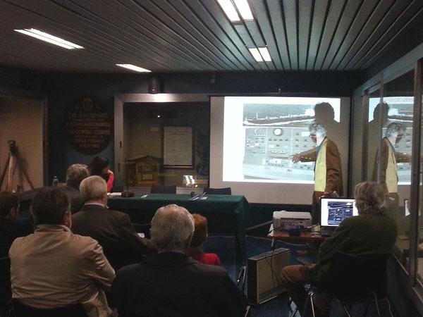 Il Dott. Urbano Cavina I4YTE mentre illustra lo sviluppo della radiotelegrafia in mare