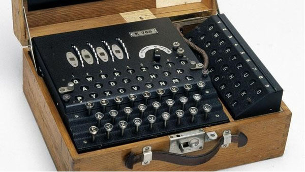 Macchina Enigma completa nel suo contenitore in legno.