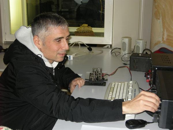 Carlo IKØYGJ opera alla IIØCW. Ben visibile il suo bel J-36 Lionel