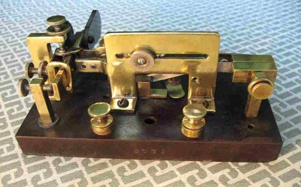 """Foto dei componenti del Mecograph No.03 """"ll brass"""" installate sopra alla base del prototipo."""