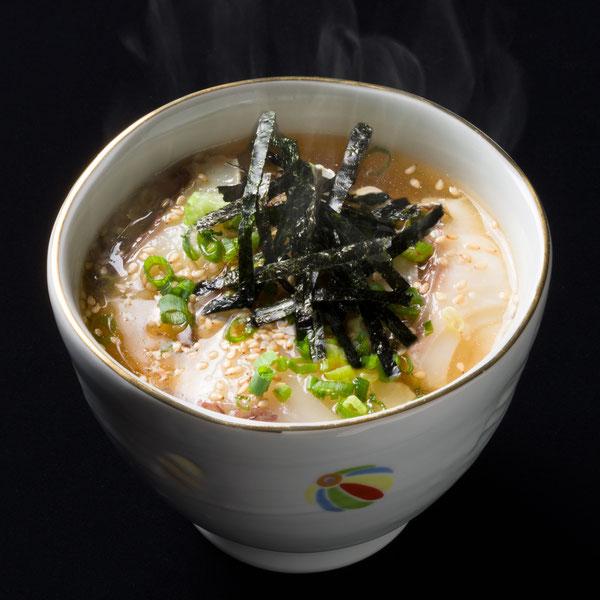 鰹節と昆布の出汁が効いた「鯛のだし茶漬け」は飲んだ後の仕上げに人気です。