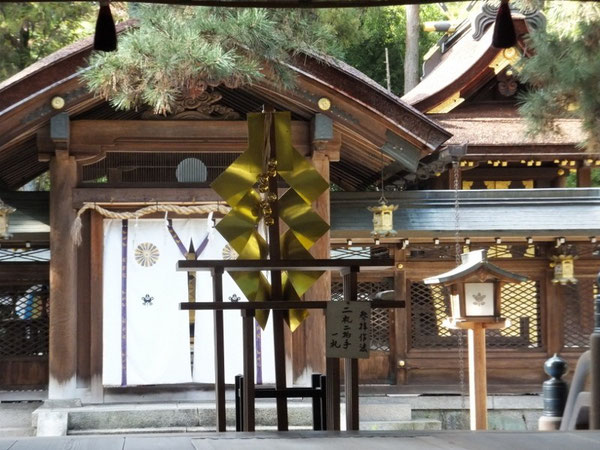 奈良県天理市にある大和神社(おおやまと)。『日本書紀』によれば、元々倭(日本)大国魂神(やまとおおくにたまのかみ)は天照大神と共に宮中大殿に祀られていたが、世の中が乱れ謀反を起こすなどするのは、両神の勢いだと畏れられた崇神天皇は現在地に大国魂の神を遷座された。すなわちこの神も日本を創成したニギハヤヒの別名である。風早大国魂神も当然ニギハヤヒである。