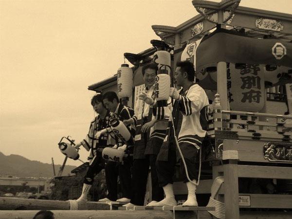 地元屋台で名指揮振りを発揮する野志松山市長(平成24年10月6日風早だんじり統一練り・北条文化の森公園)
