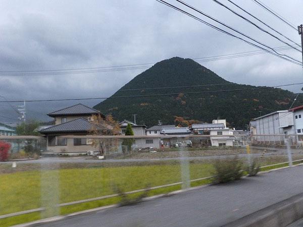 神体山三上山(2011年12月3日銅鐸研究会に合わせて参拝時に車中より撮影)