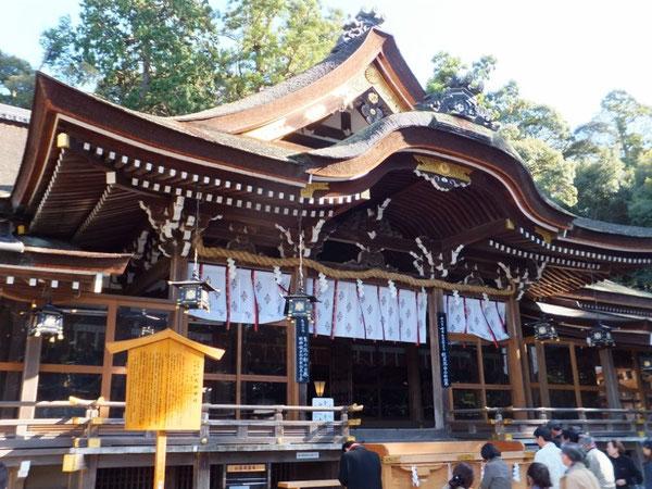 大神神社拝殿。本殿はなく背後の秀麗な三輪山がご神体である。