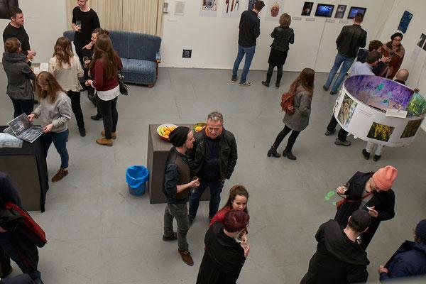 Menschen an der Vernissage in der Galerie KeineKunst