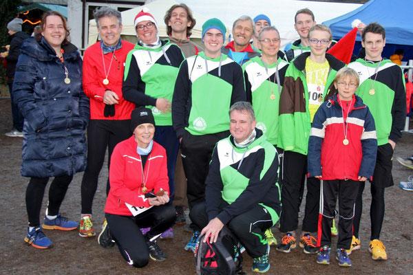 Nach dem Lauf:  Mit auf dem Bild: Patrick Kühnhold (vorne rechts), der für den TuS Westfalia Hombruch startet und schon nach 42:33 ins Ziel lief - Die Kühnholds, eine schnelle Familie