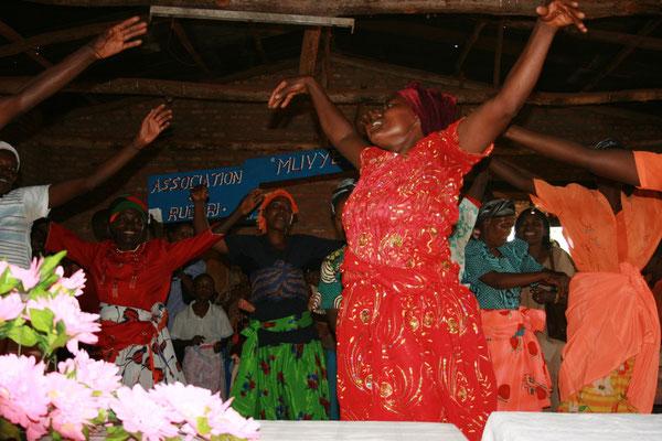 Danze di ringraziamento da parte delle donne della cooperativa - 2010