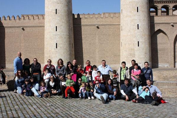 El grupo delante de la  Aljafería